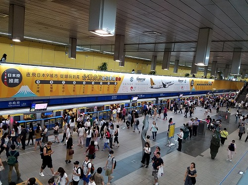 ヒアリング先移動中、MRTの駅のホームに貼りだされていたある航空会社の日本便就航広告