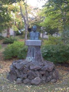 前田正名の胸像
