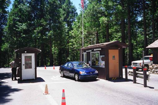 ゲートで入園料を支払って国立公園へ