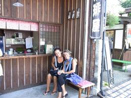 街角のカフェでくつろぐスペイン人旅行者