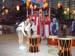 ▲和太鼓を楽しむ外国人旅行者