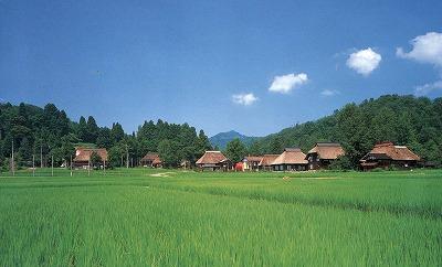写真8 高柳町萩ノ島環状かやぶき集落の風景