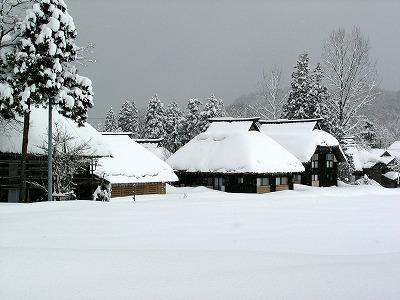 写真9 高柳町萩ノ島環状かやぶき集落の風景(冬)