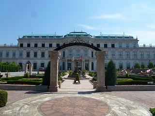 オーストリアの宮殿を模した食品関連工場の外観(日本食研愛媛本社工場)