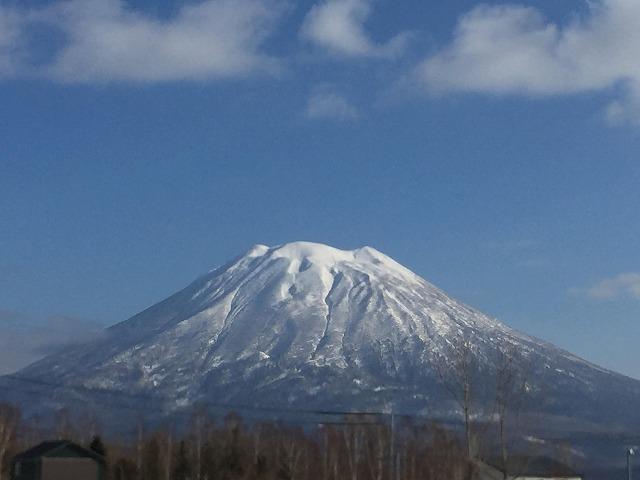 蝦夷富士ともいわれる羊蹄山。この美しさを求めて世界のスキーヤーが訪れる北海道のニセコエリア。