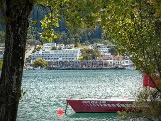 湖畔にホテルやレストランが並ぶ