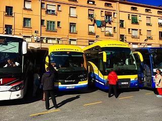 都市間バス。予約不要。多くの巡礼者・ハイカーも利用している。