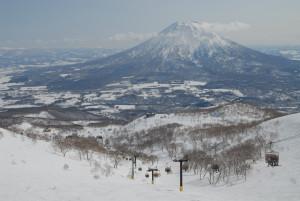 ニセコひらふ地区のスキー場から羊蹄山を望む