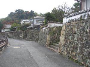 写真2 厳原町の石垣の街並み