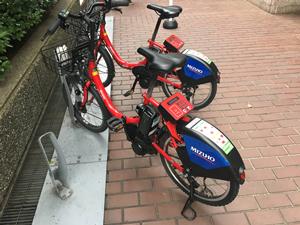 都内のシェアサイクル。赤いボディが目立つ